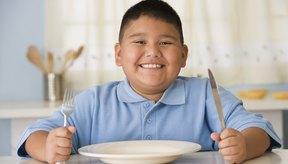 Un niño espera que le sirvan de comer
