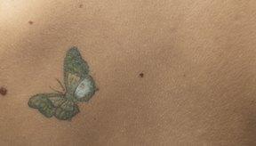Las mariposas y las flores pueden ser divertidos tatuajes para mujeres.