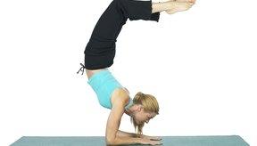 El mundialmente conocido instructor de yoga Rodney Yee dice que el yoga puede ayudarte a construir el músculo levantando tu propio peso corporal.