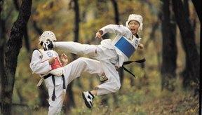 Los luchadores de Tae kwon do se concentran en lanzar patadas fuertes y rápidas.