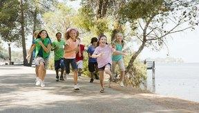 Hay una gran variedad de juegos para que los niños de preescolar se diviertan al aire libre.