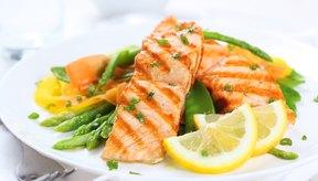 Muchas variedades de pescado con alto contenido de proteínas, como el salmón son bajos en sodio.