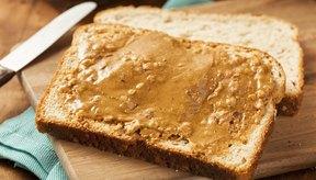 Manteca de maní sobre una rebanada de pan.