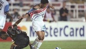 Un defensor cae en el giro de Maradona y termina mirando hacia el lado incorrecto de la pelota.