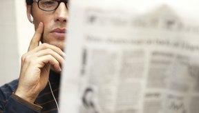 Lee un periódico.