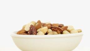 Comer comidas ricas en vitamina E como las nueces puede mejorar el flujo sanguíneo y disminuir el dolor muscular.
