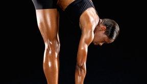 Inclínate hasta que sientas un ligero estiramiento en las corvas y espalda baja.
