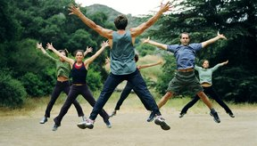 Saltar en el aire, de la misma manera que los saltos en tijera, es sólo uno de los componentes explosivos del ejercicio burpees.