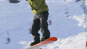 Mantén los hombros, las rodillas y los pies en línea para aterrizar plano sobre una baranda.