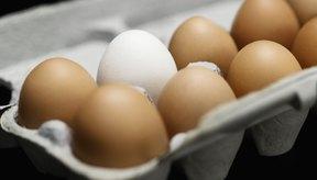 Un cartón de huevos frescos.