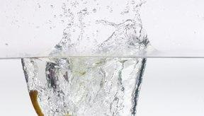 Sumergir a las frutas en agua puede hacer que se mantengan luciendo frescas.