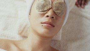 Las bolsitas de té contienen cafeína y taninos que ayudan a reducir la hinchazón alrededor de los ojos.