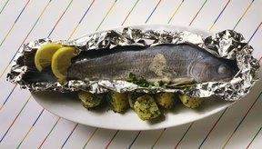 Puedes asar tu pescado entero o cualquier corte en papel aluminio.