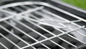 Los inconvenientes del uso de una estufa de carbón portátil incluyen tener que cargar el carbón y esperar a que alcance la temperatura adecuada antes de comenzar a cocinar.