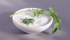 Consume más comidas altas en proteínas como el yogur griego.