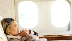 Volar hacia el este o a través de distintas zonas horarias incrementa tu riesgo de desarrollar desfase horario (jet lag).