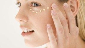 Usa las yemas de tus dedos para aplicar una crema bajo los ojos.
