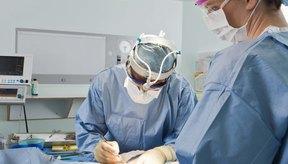 Las grapas quirúrgicas permiten un borde de unión más limpio y menor cicatrización, lo cual es bienvenido por muchos pacientes.