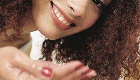 Mujer joven exfoliando su cara.