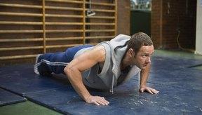 Los ejercicios con tu propio peso como las lagartijas pueden construir tanto fuerza como resistencia.