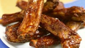 Haz costillas o un asado con barbacoa ahumado en el horno con virutas de madera.