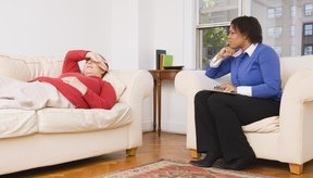 Realiza ejercicios con la ayuda de un terapeuta físico.
