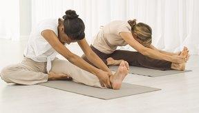 """La posición """"Frente a la Rodilla con Estiramiento"""" es una pose de compresión que se dirige a las glándulas tiroides y paratiroides, lo que puede ayudar a la pérdida de peso."""