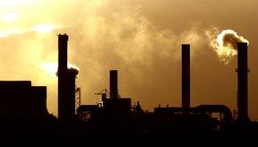 Imagen de una fábrica expulsando humos contaminantes