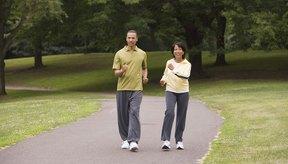 Camina con las piernas estiradas y mantén las articulaciones flojas y relajadas.