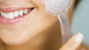 Usa un cepillo facial suave con tu limpiador para una limpieza más profunda.