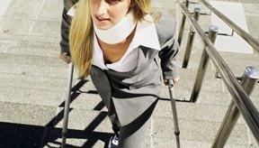 Sube las escaleras sólo con muletas para prevenir una caída.