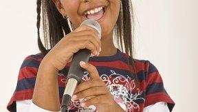 Los pre-adolescentes deben permitirse la expresión creativa al interpretar canciones en shows de talento.