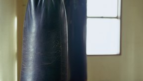 Vuelve a llenar tu saco de boxeo si el relleno se asienta y pierde su forma.