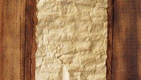 El papel pergamino se fabrica limpiando, estirando y raspando un pedazo de piel de mamífero.