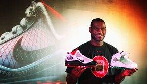 LeBron James presenta un nuevo diseño de zapatos firmados.