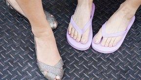 Caminar en sandalias o con tacones altos puede agravar en el futuro el dolor de talón.