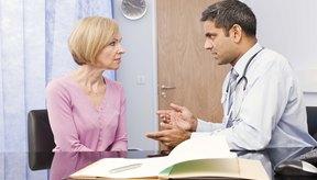 Doctor aconsejando a la paciente.