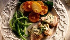 Añade una sabrosa salsa sobre el cerdo pasado de cocción para aumentar la humedad.