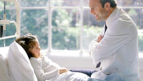 Los oncólogos pediátricos utilizan cuidado clínico para tratar a niños con cáncer.