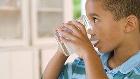 La leche es un alimento importante para la salud de los huesos de los niños.