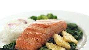 Asa, hornea o escalfa los filetes de salmón.