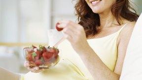 Incluir frutas en una alimentación balanceada es vital para la madre y el bebé.
