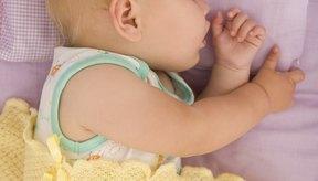 Dormir en un lado puede ayudar a algunos bebés con la tos nocturna.