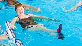 Los ejercicios aeróbicos en agua ayudan a las personas con problemas de articulaciones.