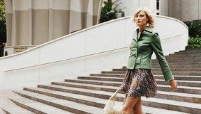 Una minifalda vaporosa es coqueta pero aún así profesional.