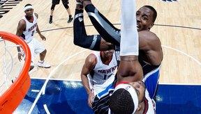 Los jugadores de basquetbol entrenan duro para lograr un atletismo explosivo.