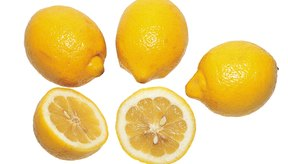 Coloca el limón en la tabla de cortar y rebánalo en secciones.