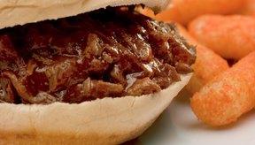La carne de cerdo a menudo se usa para hacer sándwiches de carne de cerdo desmenuzada.