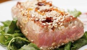 Filete de atún a la plancha con semillas de sésamo.