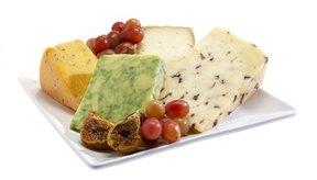 Plato de quesos con uvas.